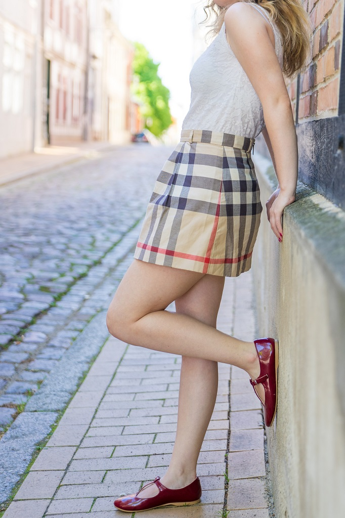 Outfit Frühling Sommer Burberry Mnirock Ballerinas