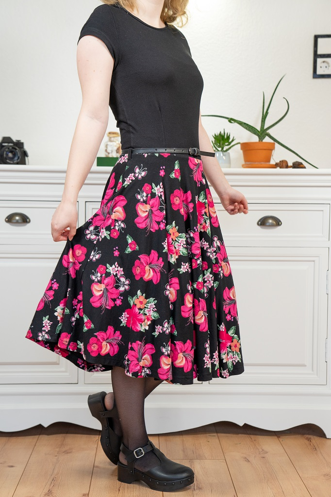 Petite Fashion Blumenkleid Outfit