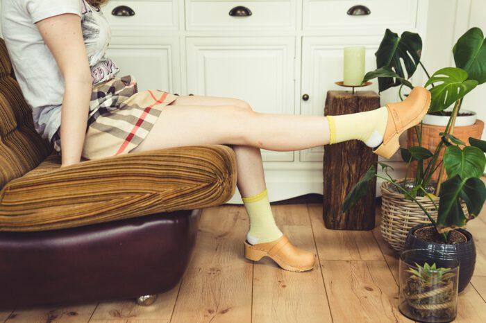 Swedish Hasbeens Clogs Damen Outfit mit Socken und Minirock für Sommer