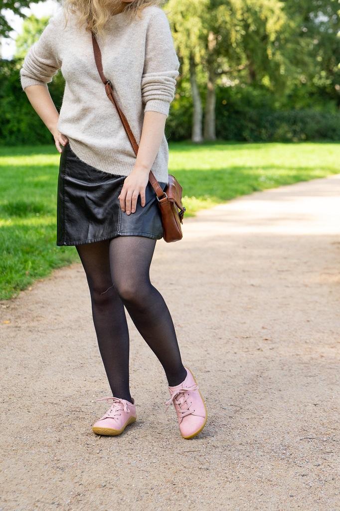 Lederrock Minirock Sneaker Outfit Strumpfhose