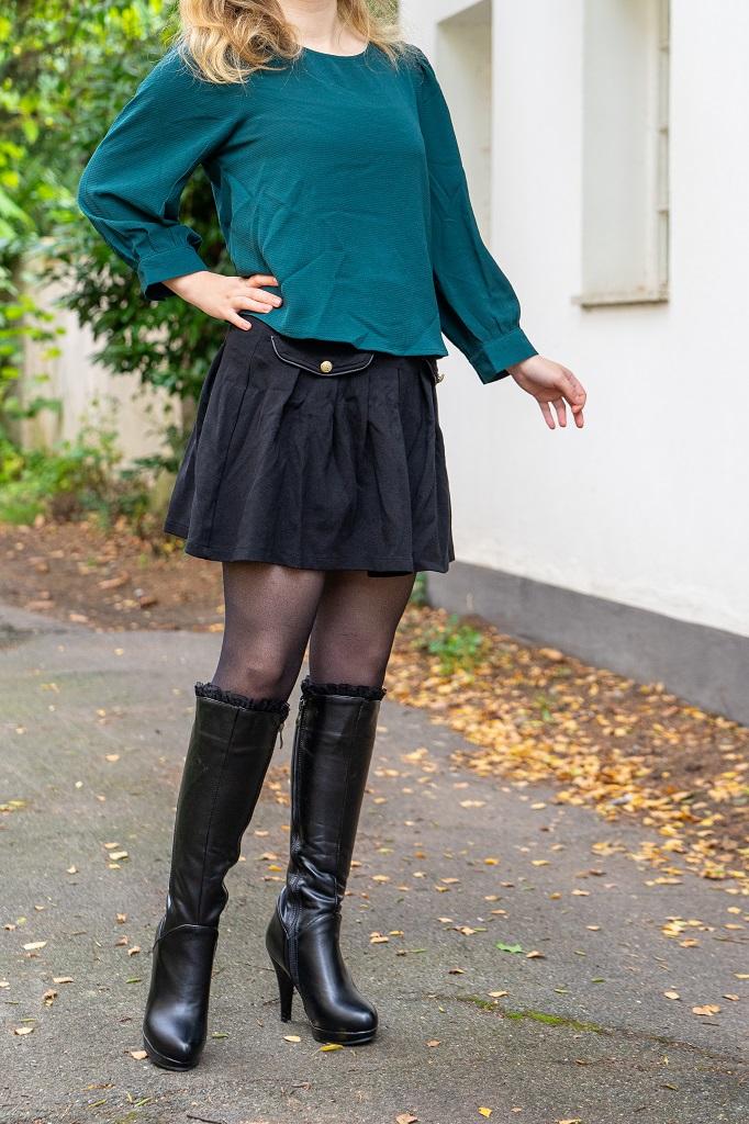 Kniehohe Stiefel mit Rüschen Herbstoutfit Minirock